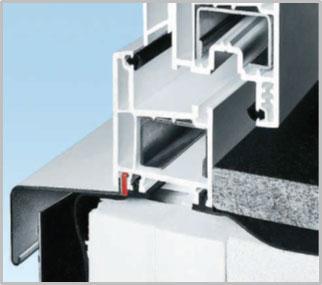 Benzi pentru fațadă cu profile sigilante  auto-adezive pentru a fi lipite pe perete:  în stânga NOVOPROOF® FA pentru peretele exterior, în dreapta NOVOPROOF® FAI pentru peretele interior.